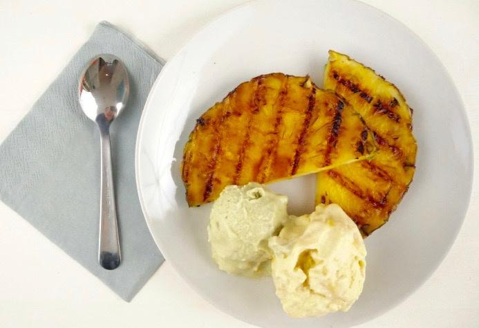 Gegrilde ananas met mango ijs