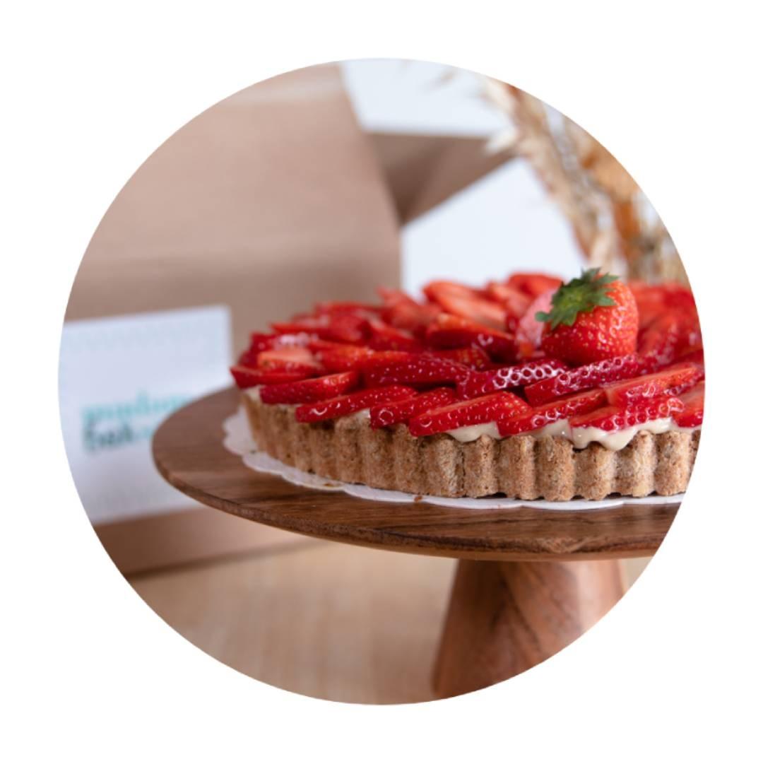 bak-het-zelf taartbox ook BPost  - Toevallig wat tijd over Met deze box verwen je je tafelgenoten met vanille-aardbeien taart en ander lekkersbr Recepten inbegrepen